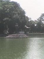 patung di tengah kolam